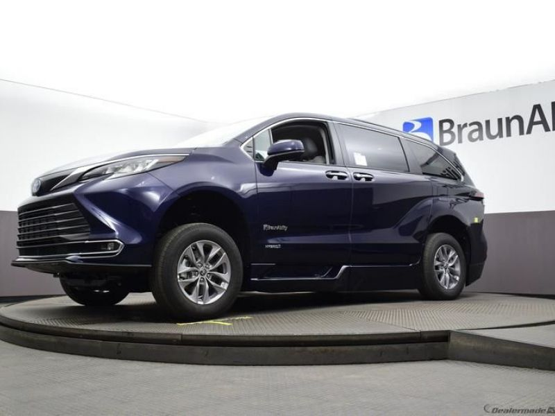 Blue Toyota Sienna image number 16