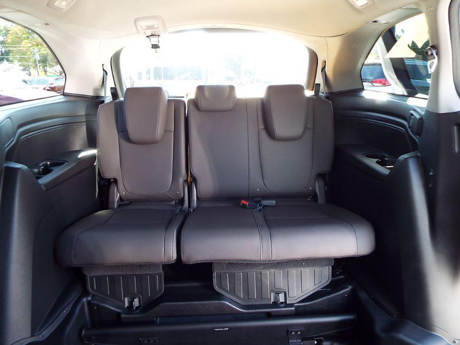 White Honda Odyssey image number 27