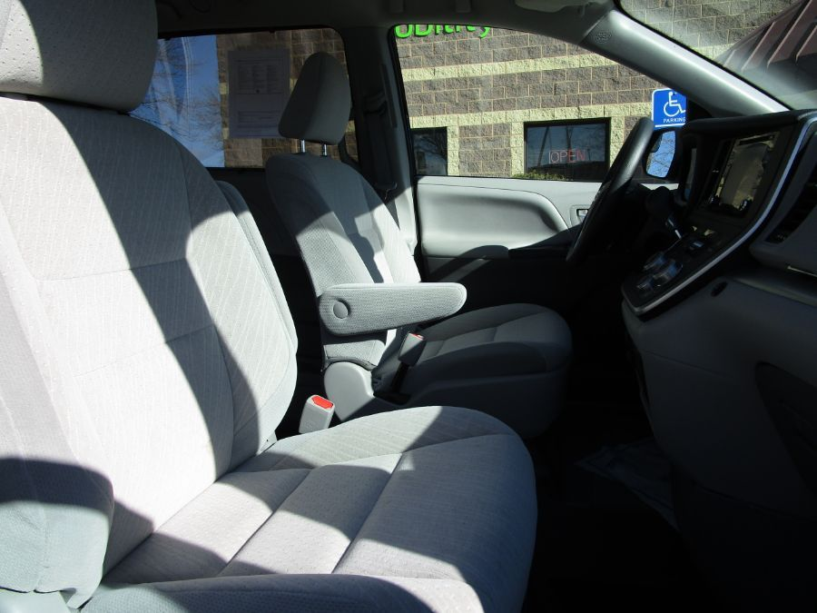 Black Toyota Sienna image number 17