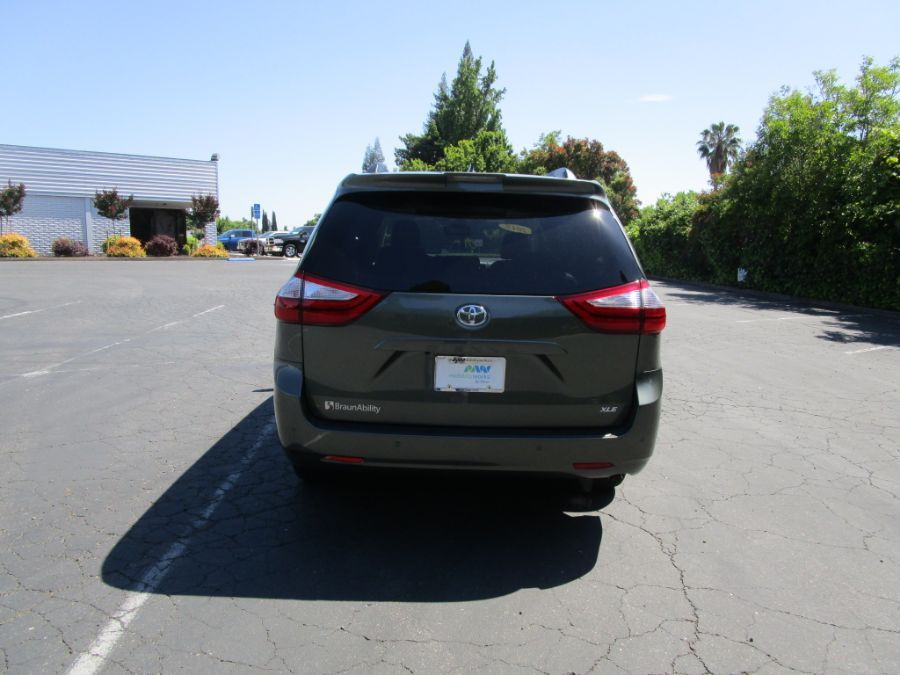 Green Toyota Sienna image number 5