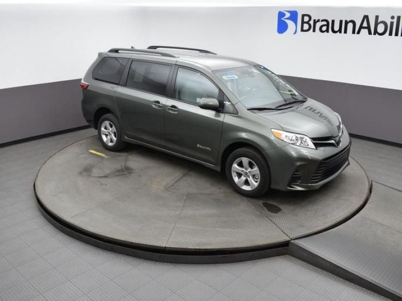 Green Toyota Sienna image number 10