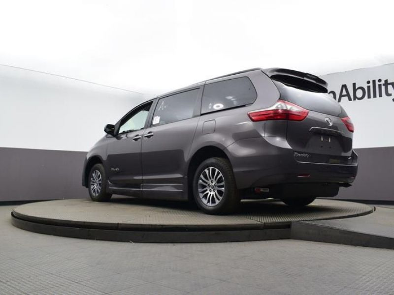 Gray Toyota Sienna image number 27
