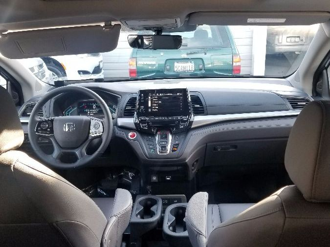 Gray Honda Odyssey image number 9