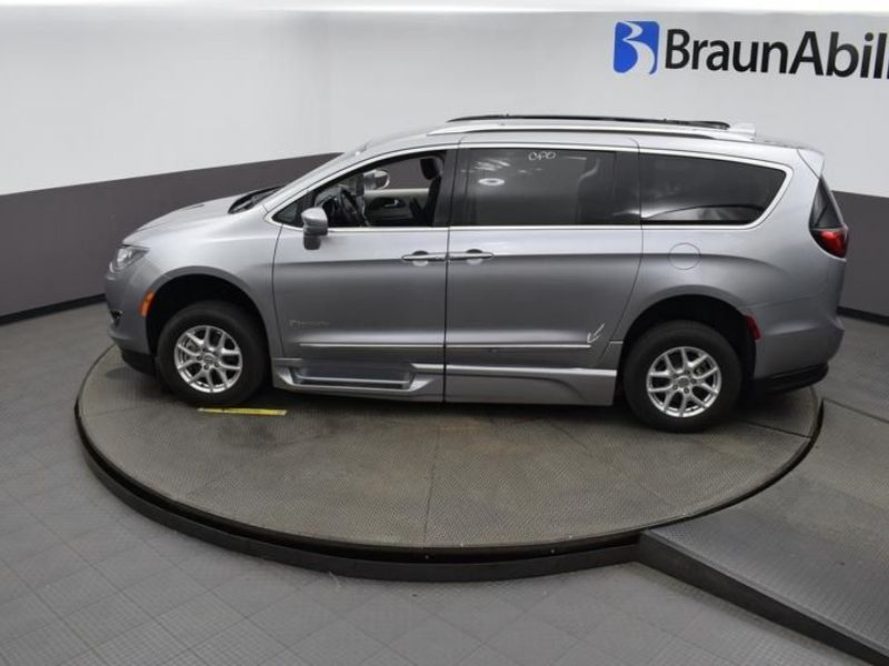 Silver Chrysler Pacifica image number 23