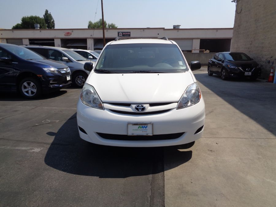 White Toyota Sienna image number 26