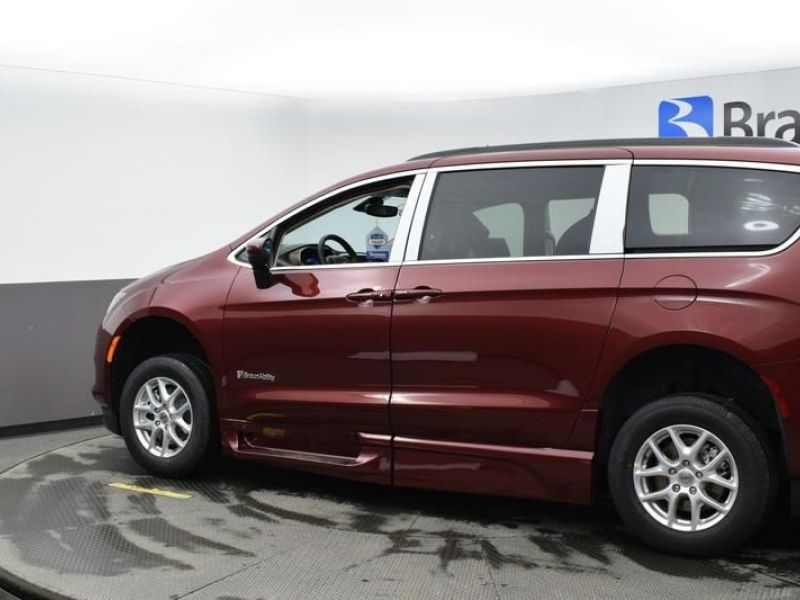 Red Chrysler Voyager image number 3