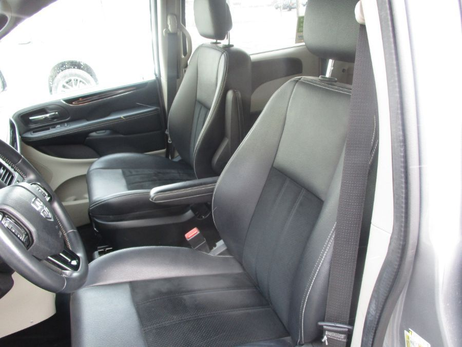 Silver Dodge Grand Caravan image number 27