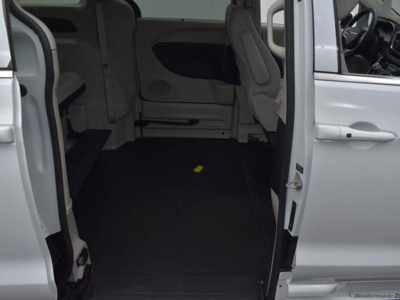 White Chrysler Voyager image number 8