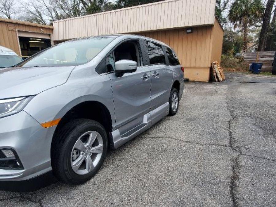 Silver Honda Odyssey image number 20