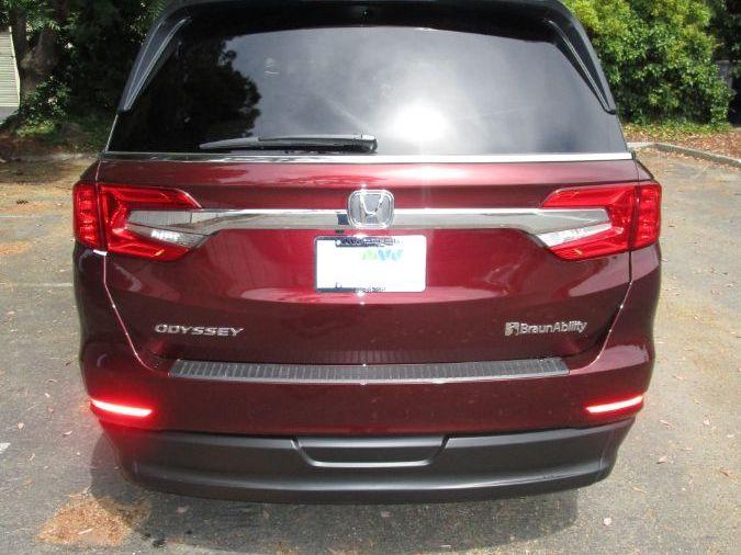 Red Honda Odyssey image number 5