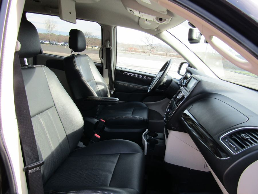 Black Chrysler Town and Country image number 15
