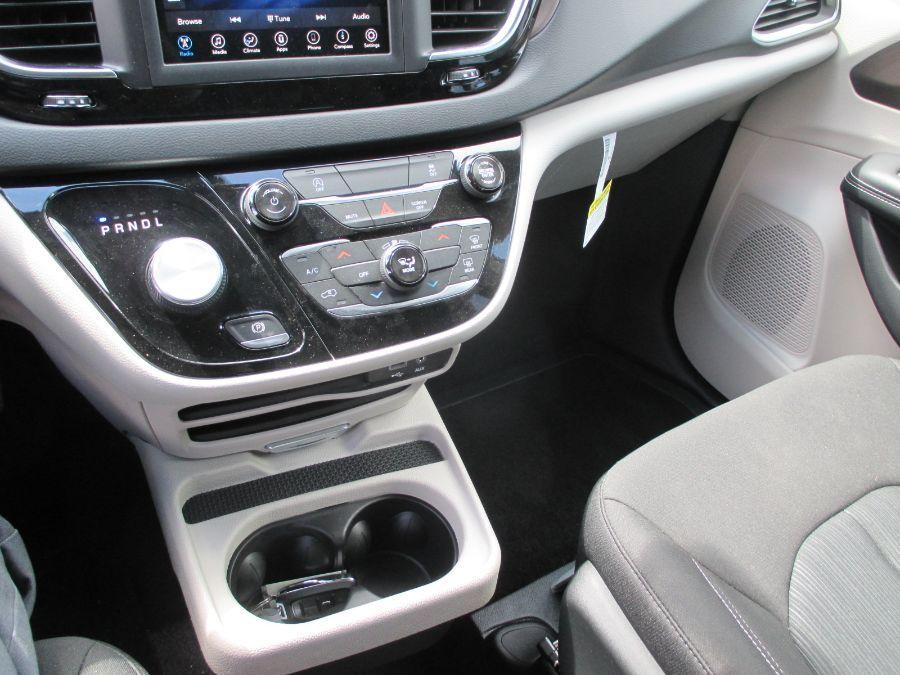Gray Chrysler Voyager image number 24