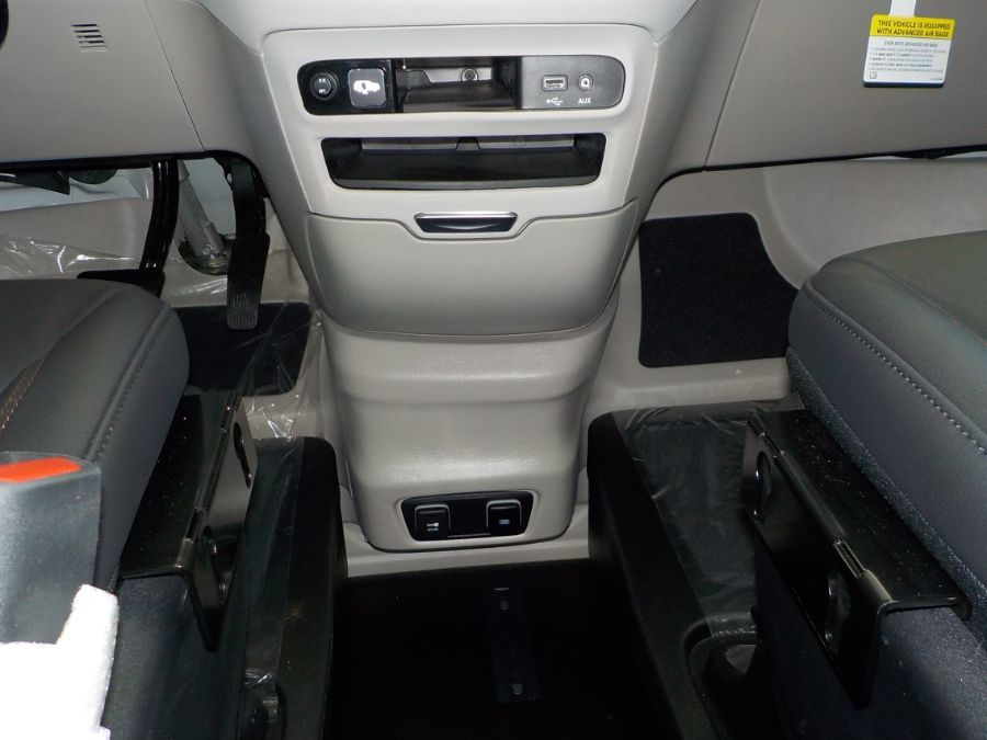 White Chrysler Pacifica image number 11