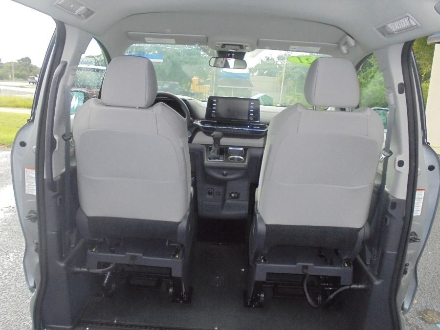 Silver Toyota Sienna image number 24