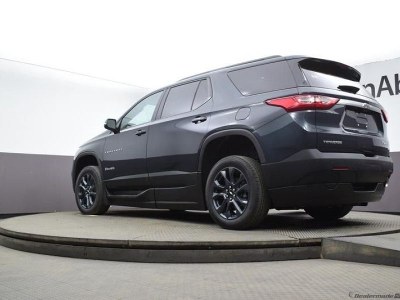 Gray Chevrolet Traverse image number 17