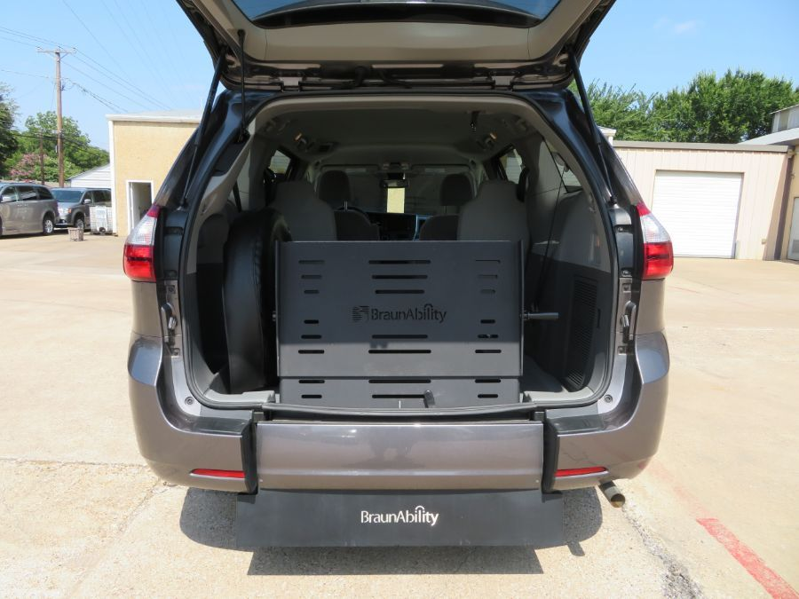 Gray Toyota Sienna image number 1