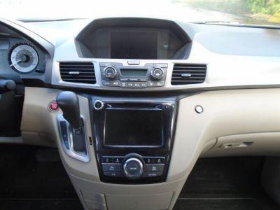 Red Honda Odyssey image number 14