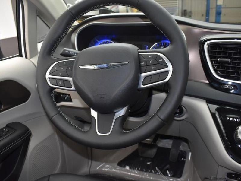 White Chrysler Voyager image number 9