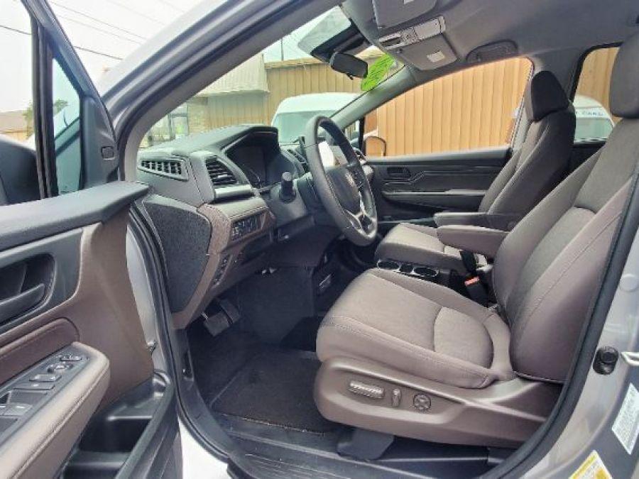 Silver Honda Odyssey image number 13