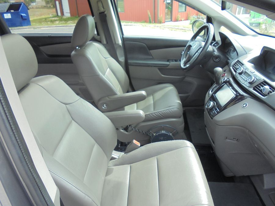 Brown Honda Odyssey image number 18