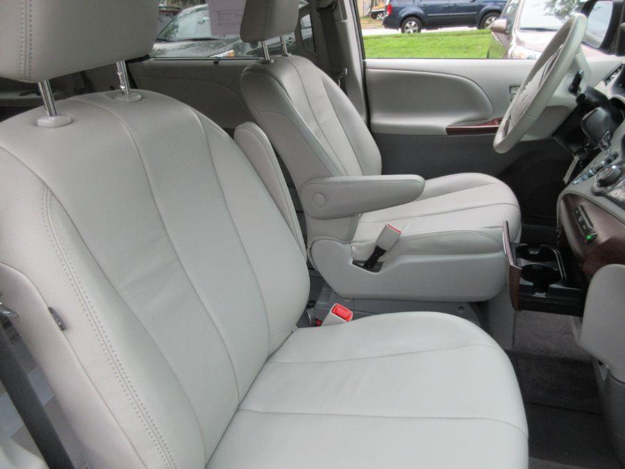 Toyota Sienna image number 3