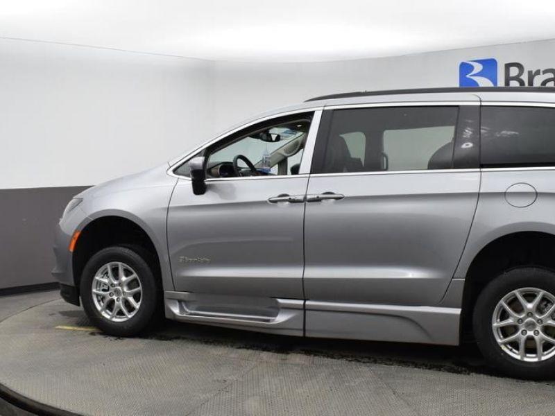 Silver Chrysler Voyager image number 5