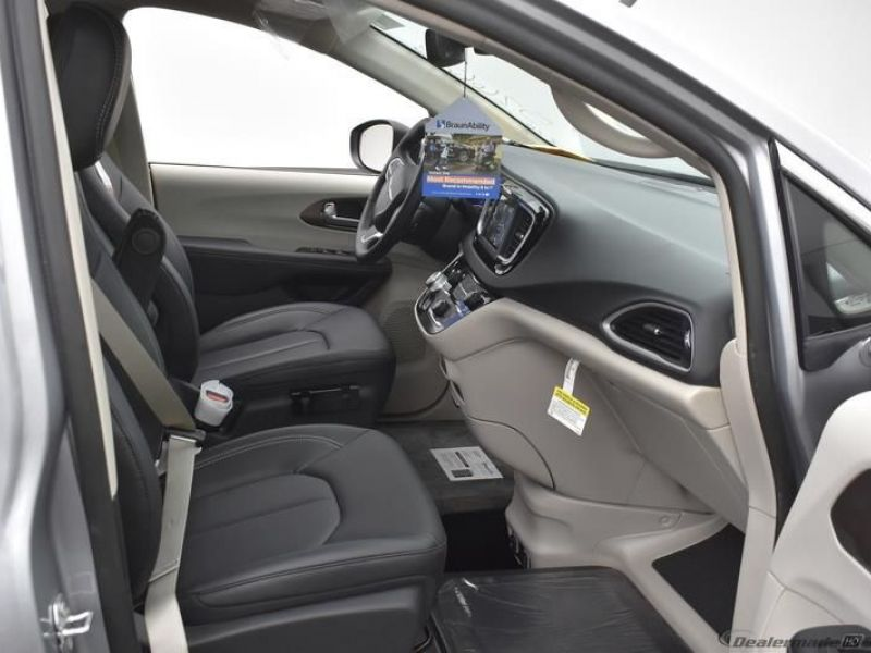 Silver Chrysler Voyager image number 8