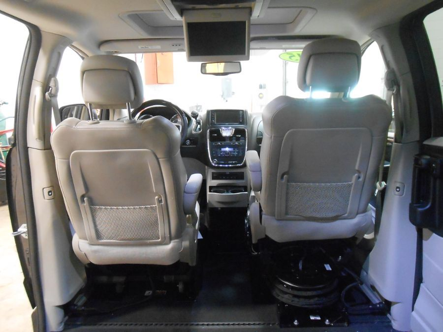 Gray Chrysler Town and Country image number 15