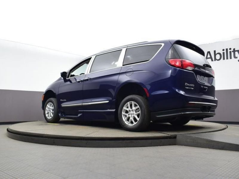 Blue Chrysler Pacifica image number 18