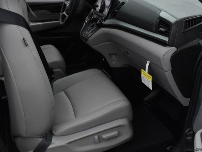 Silver Honda Odyssey image number 10