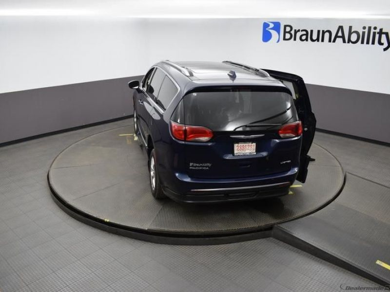Blue Chrysler Pacifica image number 23