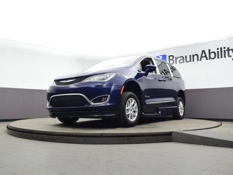 Blue Chrysler Pacifica image number 17