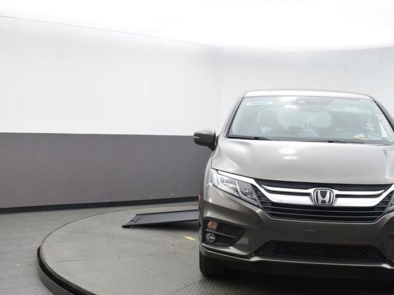 Gray Honda Odyssey image number 1