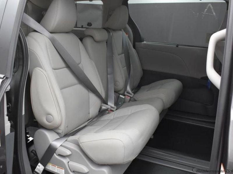 Red Chrysler Voyager image number 12