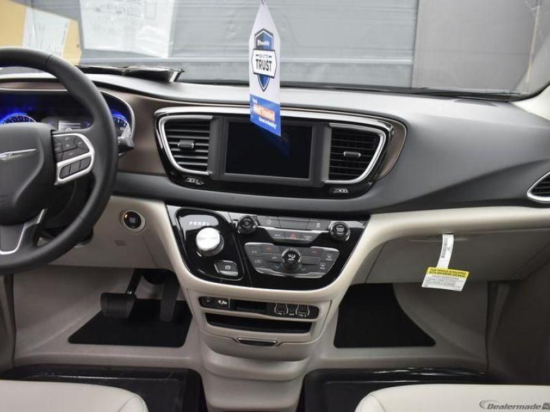 Silver Chrysler Voyager image number 9