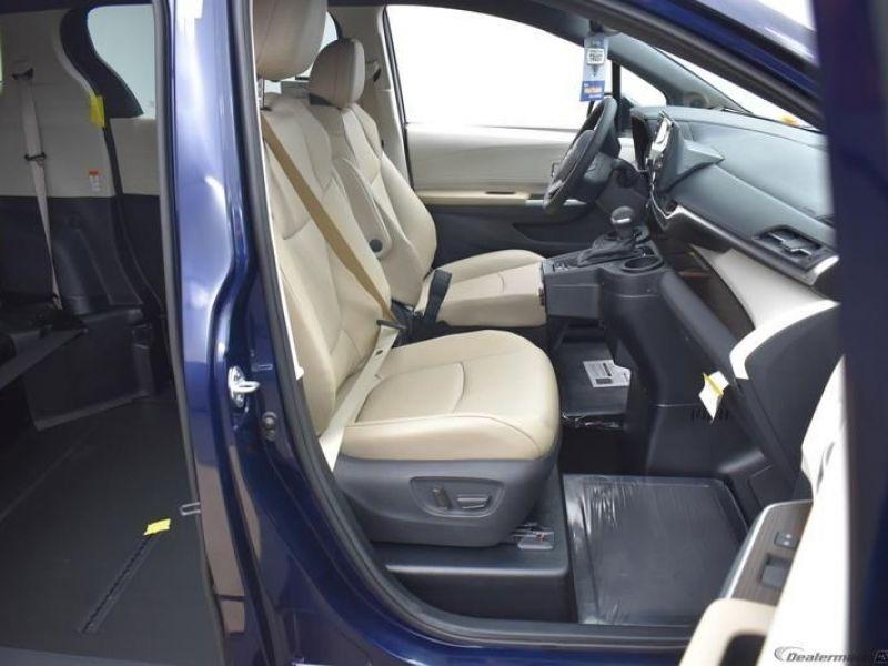 Blue Toyota Sienna image number 10
