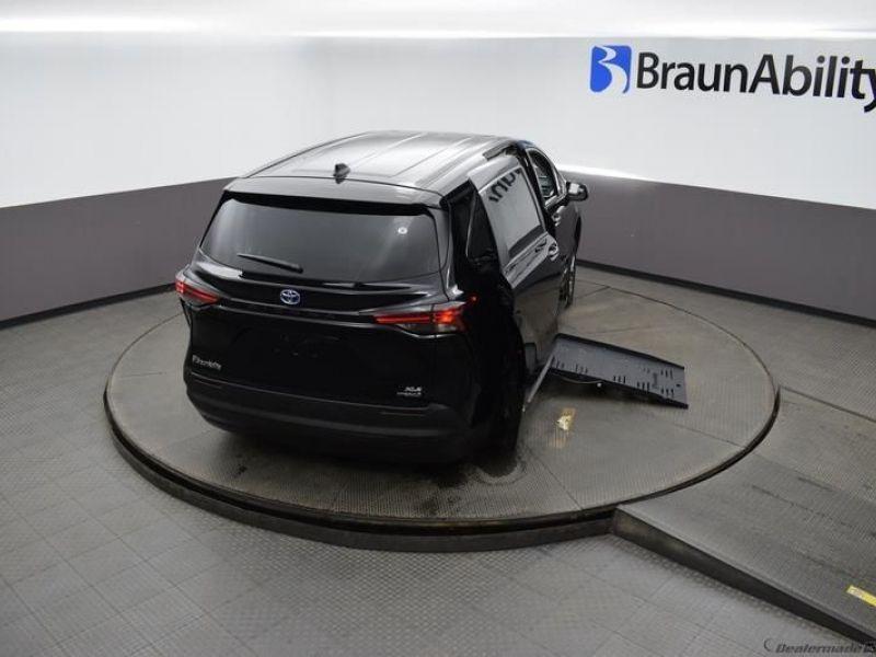 Black Toyota Sienna image number 23