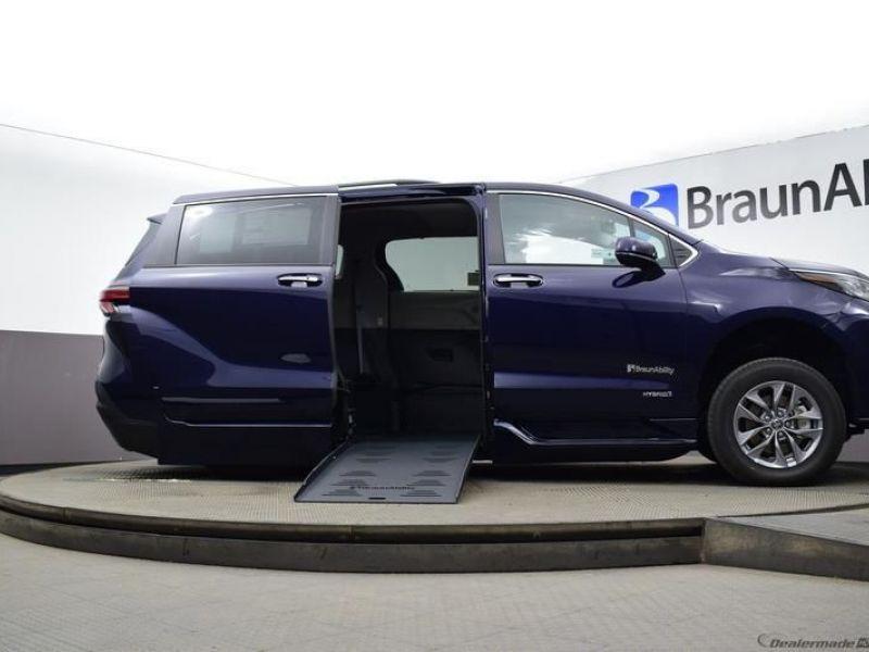Blue Toyota Sienna image number 14