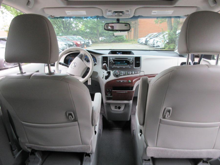 Toyota Sienna image number 4