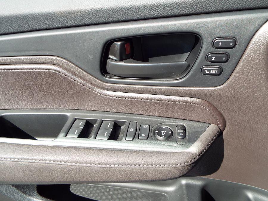 White Honda Odyssey image number 18