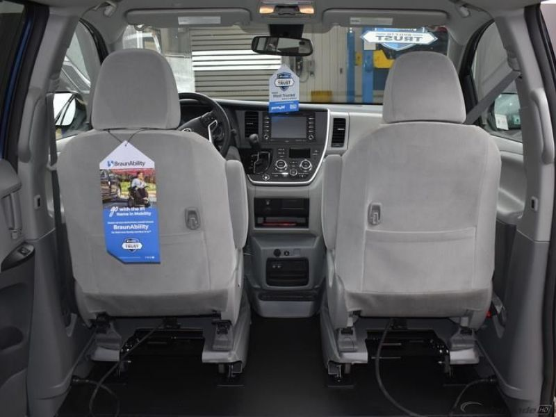Blue Toyota Sienna image number 10