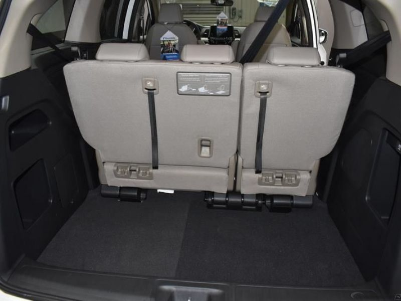 White Honda Odyssey image number 13