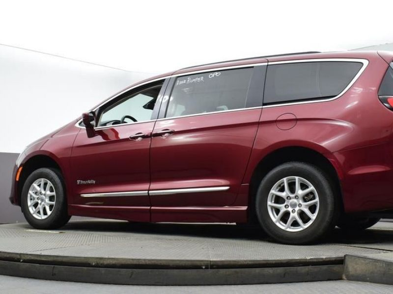 Red Chrysler Pacifica image number 17