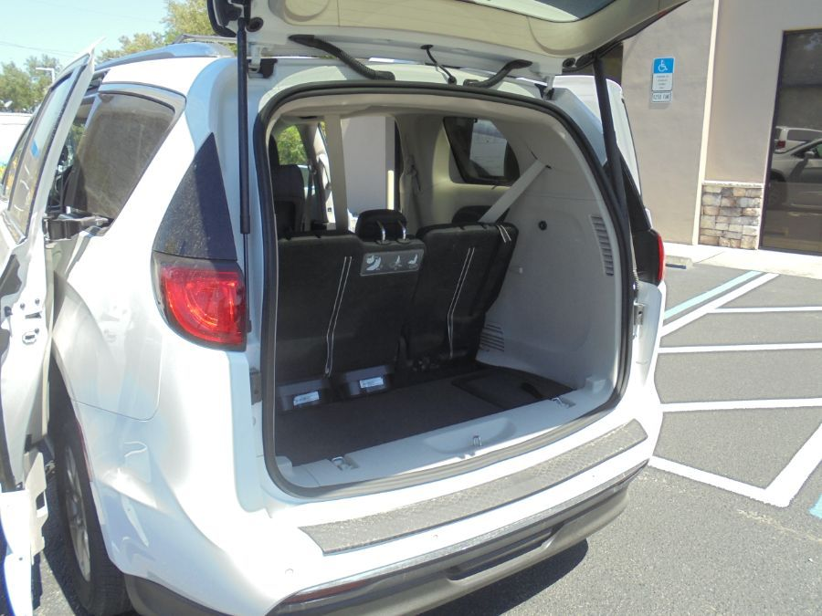 White Chrysler Pacifica image number 28