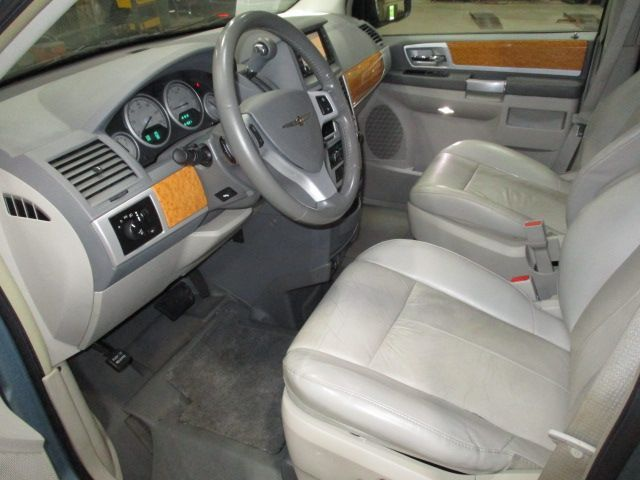 Chrysler Town and Country image number 13