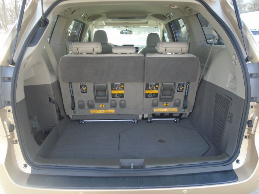 Gold Toyota Sienna image number 6