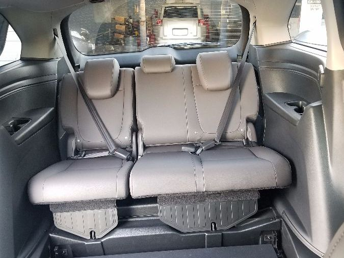 Gray Honda Odyssey image number 17