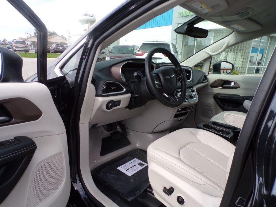 Black Chrysler Voyager image number 25