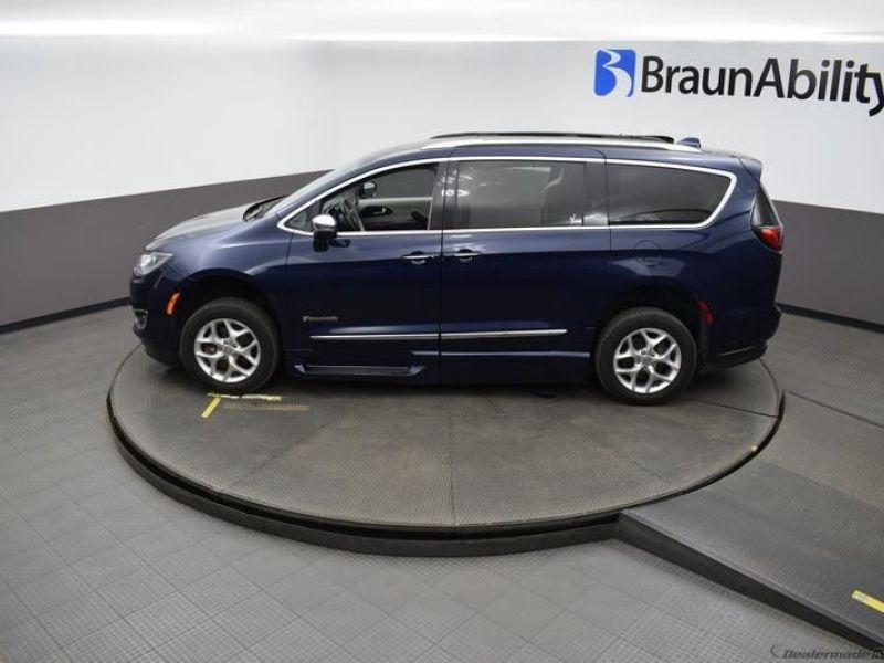 Blue Chrysler Pacifica image number 22