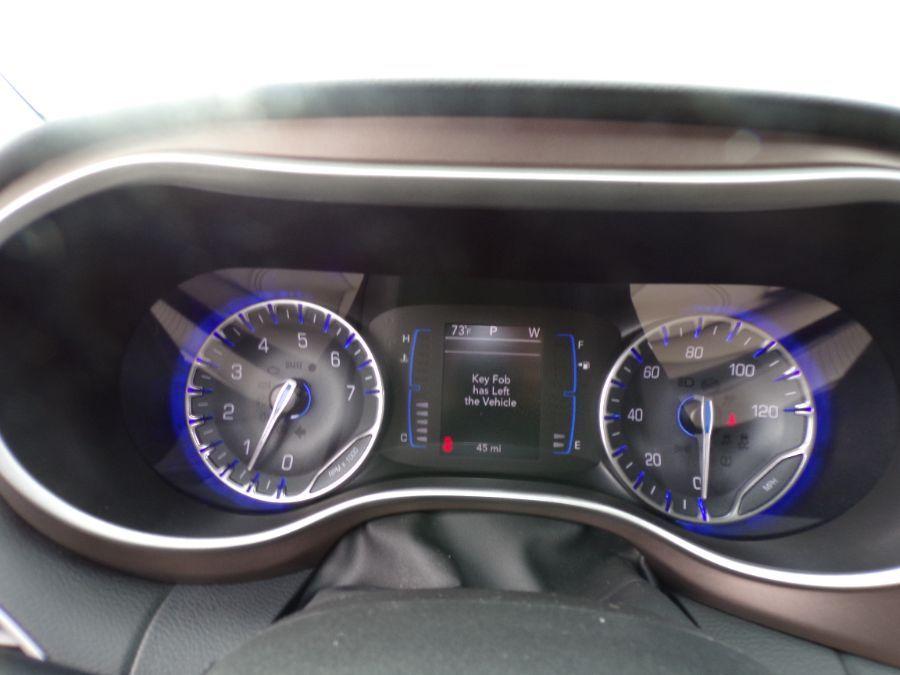 Black Chrysler Voyager image number 13